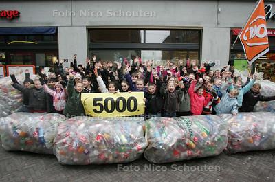 Op basisschool de Fontein te Ypenburg Den Haag hebben de kinderen 3 weken lang plastic statiegeld flessen gespaard om de mensen die getroffen zijn door de aardbeving in Haiti te helpen. Ze gaan deze inleveren bij de C000 - DEN HAAG 18 FEBERUARI 2010 -  FOTO NICO SCHOUTEN