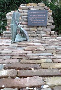 Onthulling gedenksteen slachtoffers bombardement Bezuidenhout op begraafplaats Parkweg Voorburg. Dit naar aanleiding van het bombardement op 3 maart 1945 op het Haagse Bezuidenhout - VOORBURG 17 FEBRUARI 2010 - FOTO NICO SCHOUTEN