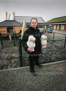 Beheermanager Wouter van Kleef met op de achtergrond stadsboerderij De Weidemolen - ZOETERMEER 4 FEBRUARI 2010 - FOTO NICO SCHOUTEN