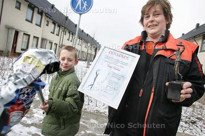 Ilona Alkema en zoon Wessels. Zij kreeg onlangs een beloning voor haar inzet voor de Eilandenbuurt - ZOETERMEER 10 FEBRUARI 2010 - FOTO NICO SCHOUTEN