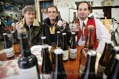 Martin King (midden), voorheen chef-kok, begint een eigen bierwinkel in Den Haag (links Marnix Rueb) - DEN HAAG 17 FEBRUARI 2010 - FOTO NICO SCHOUTEN