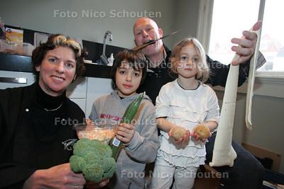 Minister Verburg is op toernee voor duurzaam voedsel. Met de bewoners en Pierre Wind gaat ze van overgebleven restjes maaltijd maken - Lorain en Lieselotte helpen in de keuken - DEN HAAG 4 FEBRUARI 2010 - FOTO NICO SCHOUTEN