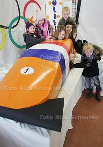 kinderen van basisschool Noordeinde die in een door ouders gefabriceerde bobslee zitten. De school begint morgen met een project over de Olympische Spelen - ZOETERMEER 10 FEBRUARI 2010 - FOTO NICO SCHOUTEN