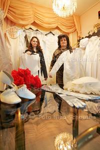 Moeder Yvonne en dochter Samantha zamelen bruidsjurken in voor de minima. Sinds dat via de media bekend is geworden, worden ze overstelpt met giften - DEN HAAG 8 FEBRUARI 2010 - FOTO NICO SCHOUTEN