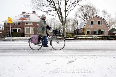 Glibberen door de sneeuw op de Voorweg - ZOETERMEER 10 FEBRUARI 2010 - FOTO NICO SCHOUTEN