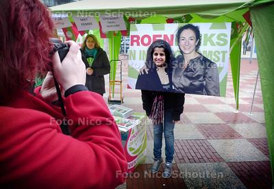 Voorbijgangers gaan op de foto met de beeltenis van Femke Halsema - ZOETERMEER 6 FEBRUARI 2010 - FOTO NICO SCHOUTEN