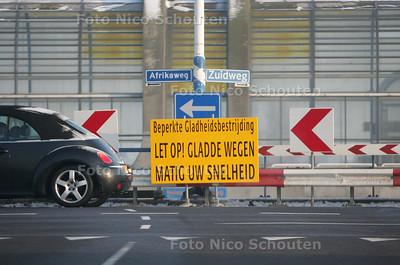 Door een tekort aan strooizout wordt er beperkt gestrooid - ZOETERMEER 7 JANUARI 2010 - FOTO NICO SCHOUTEN