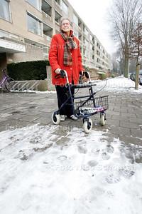 Bejaarde dame mevrouw de Gier is aan huis gekluisterd door de gladheid - DEN HAAG 12 JANUARI 2010 - FOTO NICO SCHOUTEN