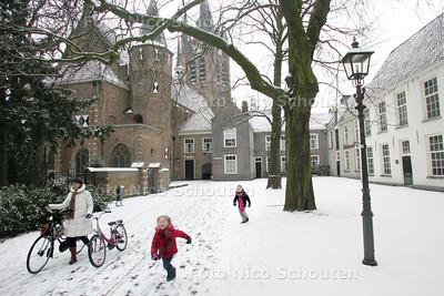 sneeuw op het Prinsenhof - DELFT 4 JANUARI 2010 - FOTO NICO SCHOUTEN
