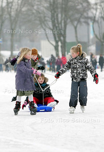 Natuurijsbaan geopend Van Tuyllpark; schaatsende kinderen - ZOETERMEER 13 JANUARI 2010 - FOTO NICO SCHOUTEN