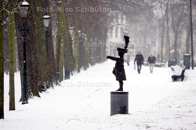 Sneeuw op de Korte Vijverberg; Haagsche Jantje - DEN HAAG 10 JANUAIRI 2010 - FOTO NICO SCHOUTEN
