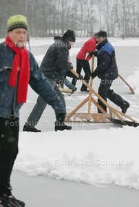 IJspret op de allereerste schaatsdag op schaatsbaan in Pijnacker. Met man en macht wordt de baan sneeuwvrij gehouden - PIJNACKER 4 JANUARI 2009 - FOTO NICO SCHOUTEN