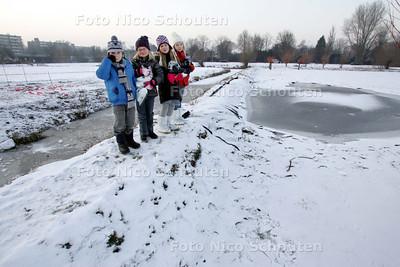 Kapot dijkje bij het Essenpad in Voorburg. Hier heeft de gemeente vergeefs getracht een schaatsbaan te maken - VOORBURG 7 JANUARI 2010 - FOTO NICO SCHOUTEN