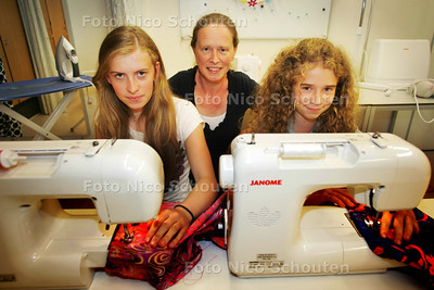 moeder (marie louise van der heijden) met dochters Laura(l) en Anna achter de naaimachines - VOORBURG 7 JULI 2010 - FOTO NICO SCHOUTEN
