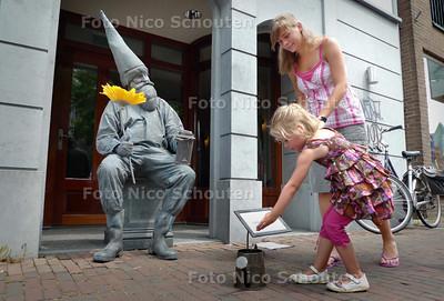 levende standbeelden in de Dorpsstraat. Ze strijden om het Zuid-Hollands kampioenschap living statues - Gnoom, de dwarrelige dorpskabouter - ZOETERMEER 3 JULI 2010 - FOTO NICO SCHOUTEN