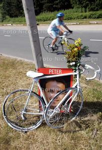 Langs de fietsroute bij de Buytenparklaan start de campagne 'gebruik je kop, helm op' - ZOETERMEER 7 JULI 2010 - FOTO NICO SCHOUTEN