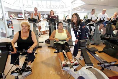 Deelnemers met overgewicht aan bewegingsles in kader van 'Bewegen op recept' in sportschool InTension. De trainer van de groep is Zella van de Toorn Vrijthoff - DEN HAAG 2 JULI 2010 - FOTO NICO SCHOUTEN