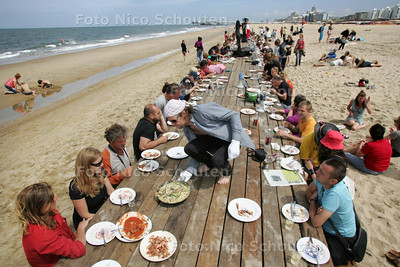 De langste lunchtafel op het strand, Parade - DEN HAAG 5 JULI 2010 - NICO SCHOUTEN