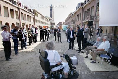 Startsein renovatieproject 'de Nieuwe Hertzog' - Oud journalist en redacteur van AD/HC als gastheer van Staedion in gesprek met wethouder Norder en oud bewoners van de buurt - DEN HAAG 5 JULI 2010 - FOTO NICO SCHOUTEN