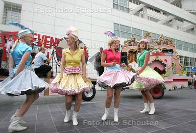 Festival de Parade trekt door de binnenstad met een karavaan om reclame te maken - DEN HAAG 1 JULI 2010 - FOTO NICO SCHOUTEN