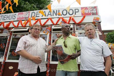 Koffiehuis De Aanloop op het Jonckbloedplein. vlnr uitbater Peter van Eijk en vaste bezoekers Perscy en  Rob Harteveld - DEN HAAG 290 JUNI 2010 - FOTO NICO SCHOUTEN