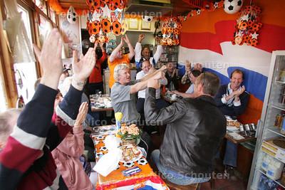 WK-duel Nederland-Japan kijken in koffiehuis De Aanloop op het Jonckbloedplein - DEN HAAG 19 JUNI 2010 - FOTO NICO SCHOUTEN