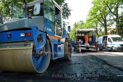 Door een kapotte asvalteermachine zal het asfalteren van de Lange kerkdam vertraging oplopen - WASSENAAR 3 JUNI 2010 - FOTO NICO SCHOUTEN
