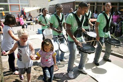 """Openingsfestiviteiten wijkcentrum 'Centrum Cromvlietplein'. Het feest werd opgeluisterd door de opzwepende ritmes van de Latijns Amerikaanse drumband """"Retum Allstars"""" - DEN HAAG 23 JUN I 2010- FOTO NICO SCHOUTEN"""