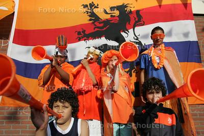 Oranjerubriek:  Delano, Angel en Mitchel Bunsee (rechts achter vlnr) en buurjongens - ZOETERMEER 24 JUNI 2010 - FOTO NICO SCHOUTEN