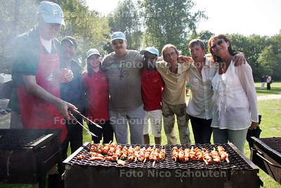 Daklozen die met een grote BBQ afscheid nemen van pastor Hans van Bemmel (midden)  - DELF 25 JUNI 2010 - FOTO NICO SCHOUTEN