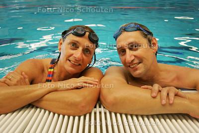 Zus en broer zwemmen. Astrid Claasen en Peter Verseveld - DEN HAAG 23 JUNI 2010 - FOTO NICO SCHOUTEN