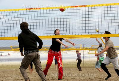 beachvolleybaltoernooi van Palm Life. Recreanten spelen op meer dan honderd veldjes een groot toernooi - DEN HAAG 19 JUNI 2010 - FOTO NICO SCHOUTEN
