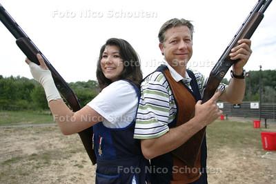 Isabel en Antoine van den Hoek, dochter en vader kleiduiven schieten - DEN HAAG 30 JUNI 2010 - FOTO NICO SCHOUTEN