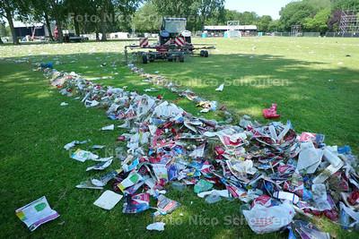 """Opruimen troep parkpop.  Het vuil wordt eerst bij elkaar geharkt door een boeren """"hooischudder"""" die normaal gebruikt wordt voor het opschudden van vers gemaaide gras. Later zuigt een mega stoifzuiger alles op - DEN HAAG 28 JUNI 2010 - FOTO NICO SCHOUTEN"""