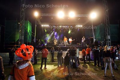 Vlietpop is een festival waar zo'n 20.000 mensen naar toe komen.(NIET DUS!) De bedoeling van de foto was dat de sfeer met veel publiek werd uitgebeeld, dus de band Plaats Delict op de achtergrond. In werkelijkheid was het dus heel rustig. Voor de band Plaats Delict waren er mede door het WK-duel Nederland-Japan hooguit 100 toeschouwers in de tent aanwezig - LEIDSCHENDAM 19 JULI 2010 - FOTO NICO SCHOUTEN