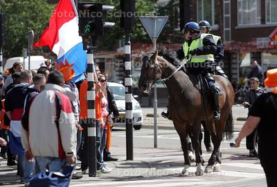 Feestchaos op het Jonckbloedplein na het door Nederland gewonnen WK-duel tegen Japan - DEN HAAG 19 JUNI 2010 - FOTO NICO SCHOUTEN