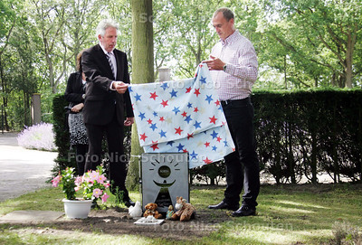 Gedenksteen Robin van Clingendael. Politie onthult grafsteen van dood gevonden baby. Is ontworpen door agenten van het team dat het onderzoek heeft gedaan.  Begraafplaats Het Persijnhof Kerkehout - WASSENAAR 22 JUNI 2010 - FOTO NICO SCHOUTEN