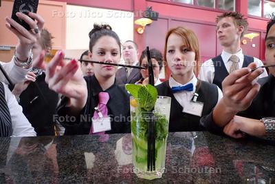 """'cocktailpresentatie' op het ROC Mondriaan - Leerlingen proeven van een cocktail zonder alcohol die geïnspireerd is op een """"mojito"""" (gekneusde limoen, mint, komkommer, ijs en 7-up) - DEN HAAG 18 MAART 2010 - FOTO NICO SCHOUTEN"""