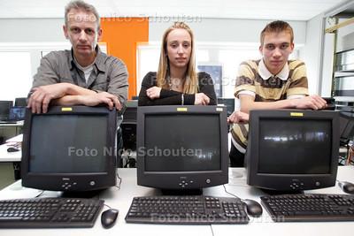 Hans en Femmie en Wesley (Vermandel) van de servicedesk van het ID College - ZOETERMEER 18 MAART 20 - FOTO NICO SCHOUTEN