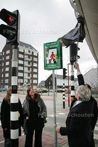 Onthulling verkeersbord bij tijdelijke stoplichten Florence Nightingale - ZOETERMEER 8 MAART 2010 - FOTO NICO SCHOUTEN