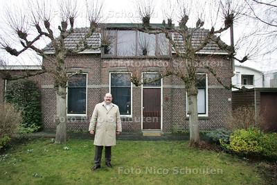 Jan van der Velde met op de achtergrond het gasfittershuisje. Dit monumentje gaat binnenkort tegen de vlakte - ZOETERMEER 19 MAART 2010 - FOTO NICO SCHOUTEN