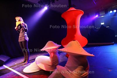 Generale repetitie Alfrink College - Hilde Evelo op de panfluit - ZOETERMEER 8 MAART 2010 - FOTO NICO SCHOUTEN