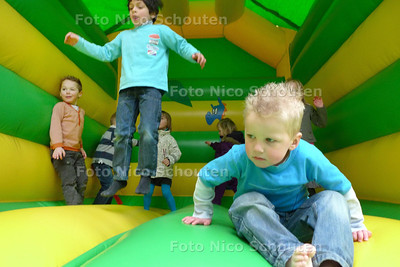 24 uurs-actie van de Ichtus- en Morgensterkerk - springkussen - ZOETERMEER 13 MAART 2010 - FOTO NICO SCHOUTEN