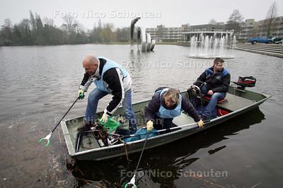 Ambtenaren van het ministerie van Binnenlandse Zaken verlossen de Dobbe van zwerfvuil. In het bootje vlnr Jurrian Cremers van het ministerie van Binnenlandse Zaken en Koninkrijksrelaties, Anne de Graaf van Werkmaatschappij BZK en Bert Tuitel van de Gemeente Zoetermeer - ZOETERMEER 19 MAART 2010 - FOTO NICO SCHOUTEN