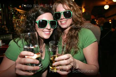 Ierse pubs staan bol van st patricksday - Meisjes in het groen bij OÇasey's - DEN HAAG 12 MAART 2010 - FOTO NICO SCHOUTEN