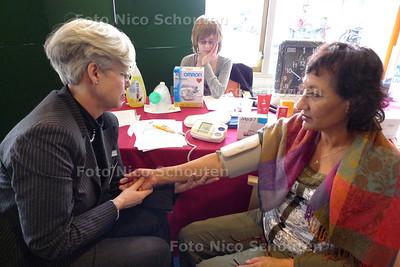 open huis in woonzorgcentrum De Morgenster. Demonstartie zelf bloedruk meten - ZOETERMEER 21 MAART 2010 - FOTO NICO SCHOUTEN