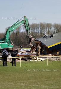 vandaag zijn slopers begonnen met het neerhalen van de afgebrande schiethal van de zoetermeerse handboogschutters - ZOETERMEER 23 MAART 2010 - FOTO NICO SCHOUTEN