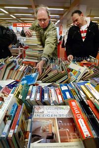 Vanwege de Boekenweek wordt zaterdag in de hoofdbibliotheek aan het Stadhuisplein 2 een boekenmarkt gehouden - ZOETERMEER 13 MAART 2010 - FOTO NICO SCHOUTEN