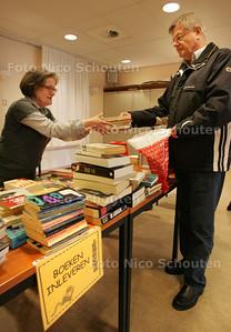 Spullen inleveren voor de boekenbeurs in De Patio aan de Gaardedreef - Sophie Veeken neemt boeken in ontvangst - ZOETERMEER 13 MAART 2010 - FOTO NICO SCHOUTEN