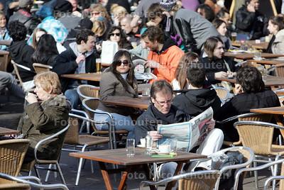 Lekker in het zonnetje op het terras op de grot markt - DEN HAAG 16 MAART 2010 - FOTO NICO SCOUTEN